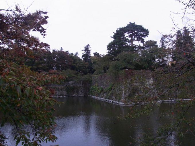 暮れ始めの会津若松お堀と石垣