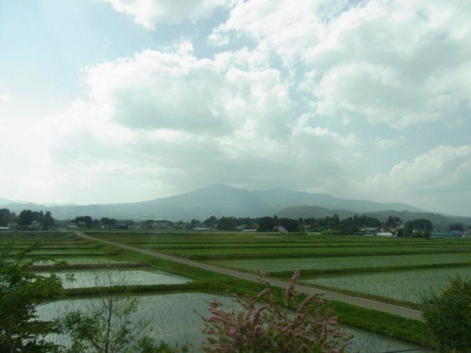 高速道路から眺める初夏の東北田園風景