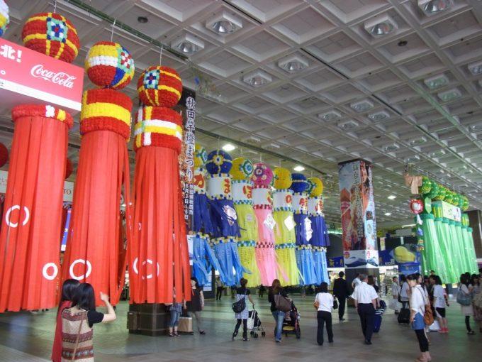 仙台駅コンコースの巨大な七夕飾り吹き流し