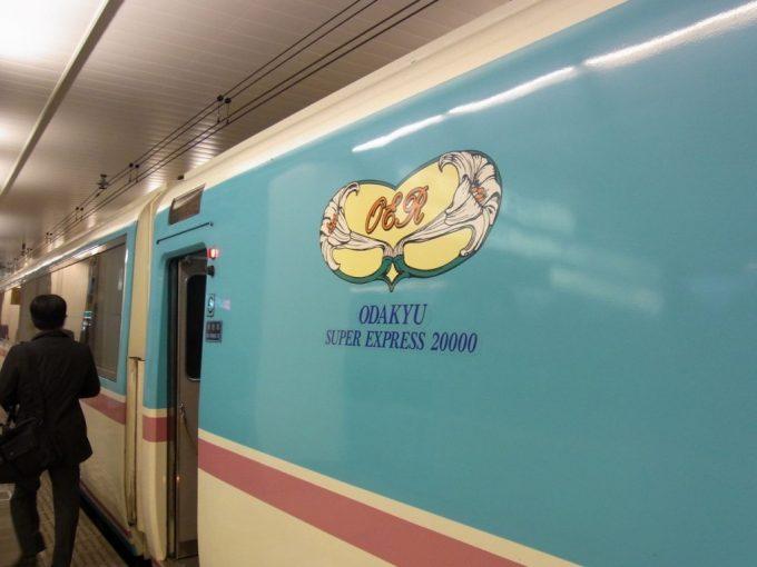 小田急ロマンスカーRSE20000形側面に輝く百合のエンブレム