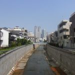 神田川生活感あふれる街の先には高層ビル群
