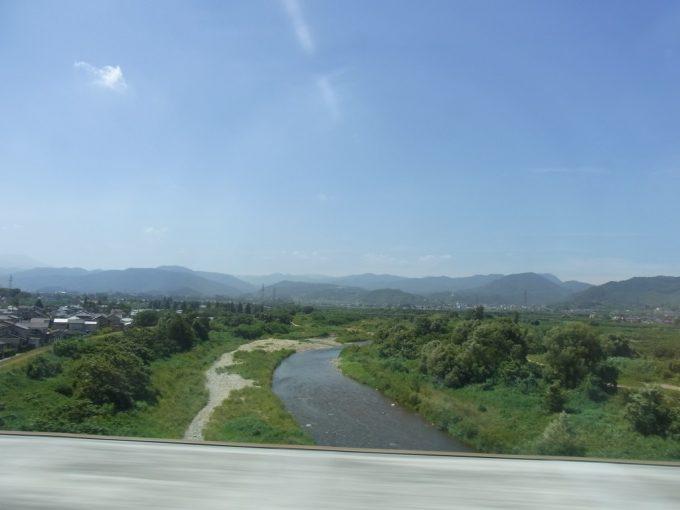 東北新幹線車窓に広がる夏の山並み
