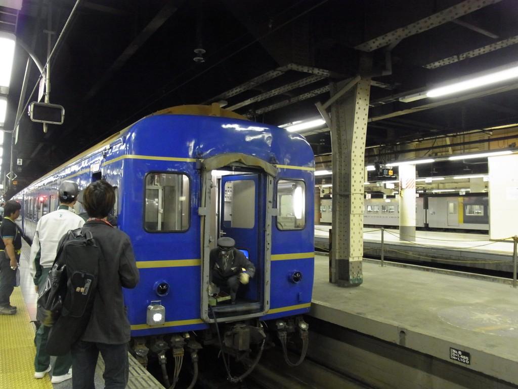 推進運転で上野駅に入線する寝台特急あけぼの号