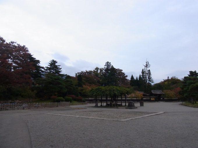 秋の会津若松紅葉に彩られる麟閣
