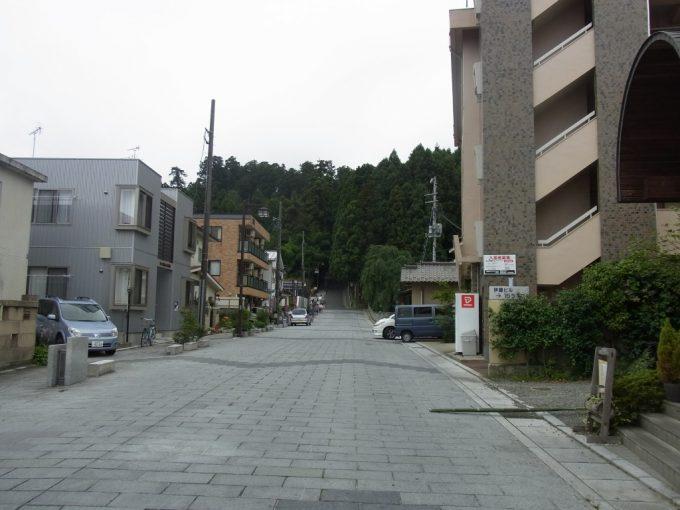 仙台瑞鳳殿市街地の奥に広がる深い森