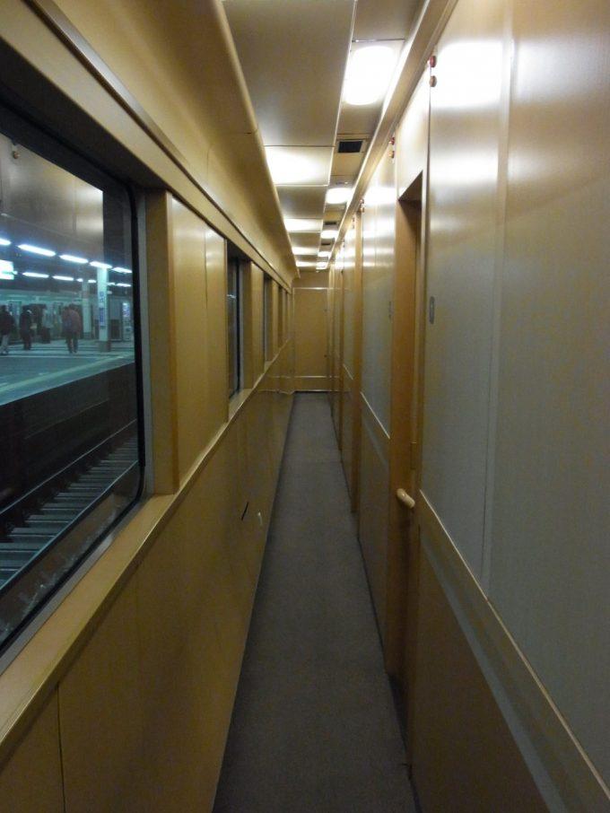 サンライズ号落ち着いた廊下