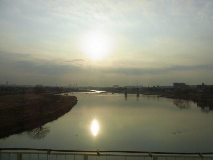 小田急ロマンスカーRSE20000形車窓に輝く朝日と多摩川