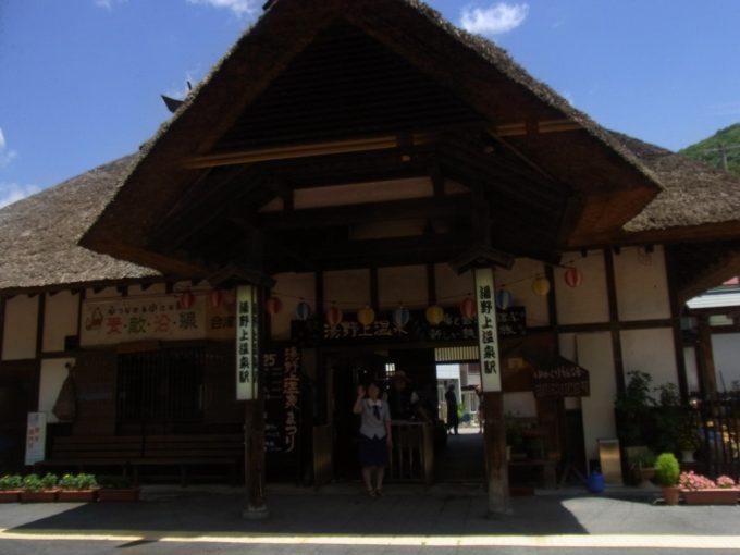 夏空に映える茅葺屋根の会津鉄道湯野上温泉駅