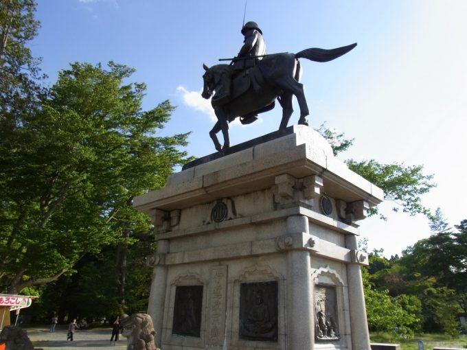 梅雨晴れにそびえる伊達政宗公銅像