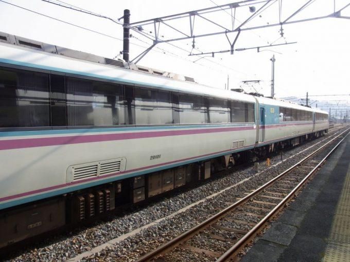 美しい側面の小田急ロマンスカーRSE20000形