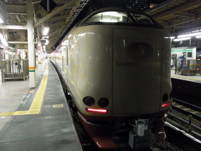 夜の東京駅サンライズ号入線
