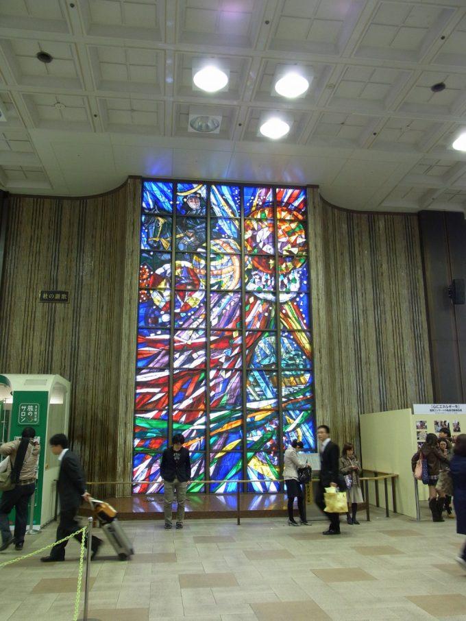 光り輝く仙台駅の美しいステンドグラス