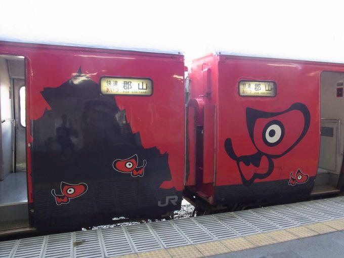 磐越西線485系快速会津ライナーあかべぇ編成側面の鶴ヶ城とあかべぇ