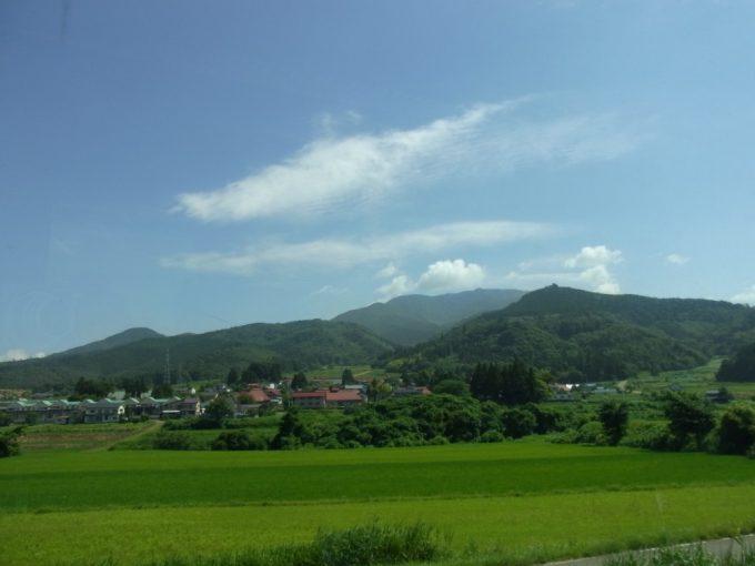 車窓に広がる夏空と会津の田んぼ