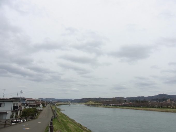 悠々と流れる大河北上川