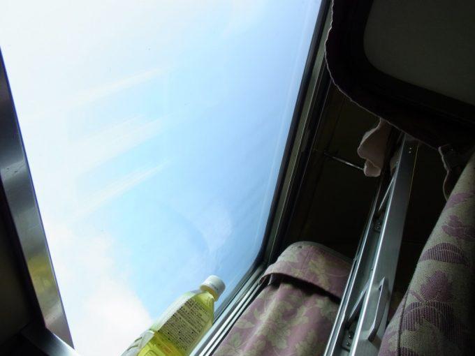 国鉄型客車24系25型開放寝台で寝ころび眺める空