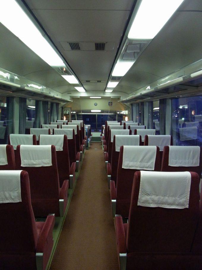 小田急ロマンスカーHiSE10000形客室から展望室を望む