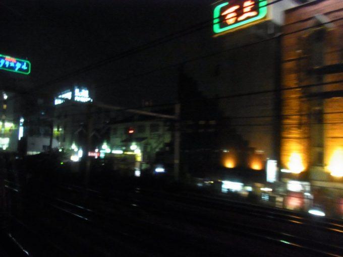 寝台特急あけぼの号の車窓から眺める夜の鶯谷