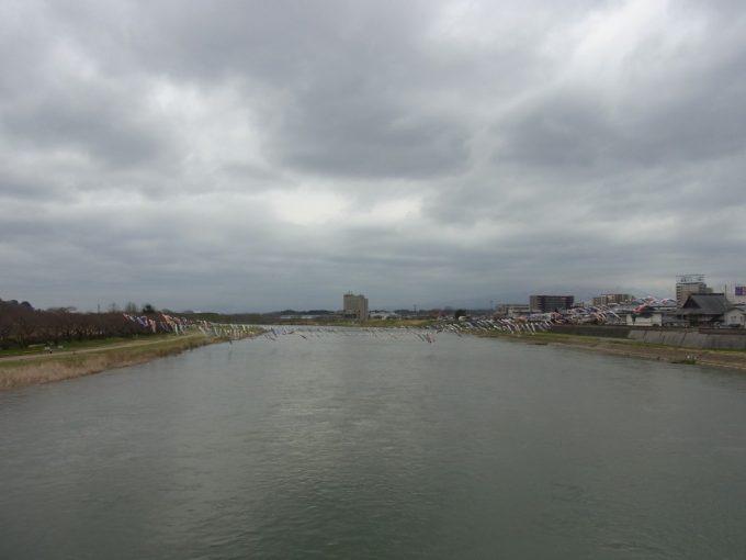 珊瑚橋上より大河北上川を望む