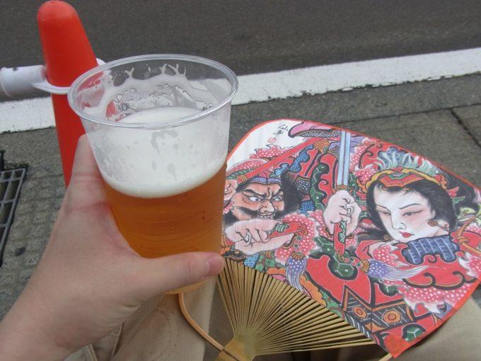 ビールとねぷた絵うちわを片手にねぷた開始を待つ