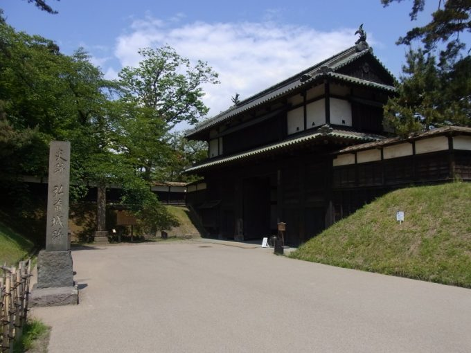 初夏の弘前城追手門