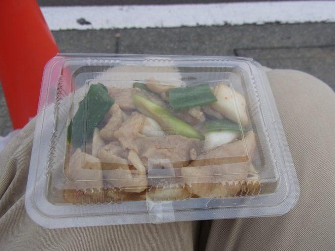 弘前ねぷたのお供に出店の鶏皮のピリ辛炒め