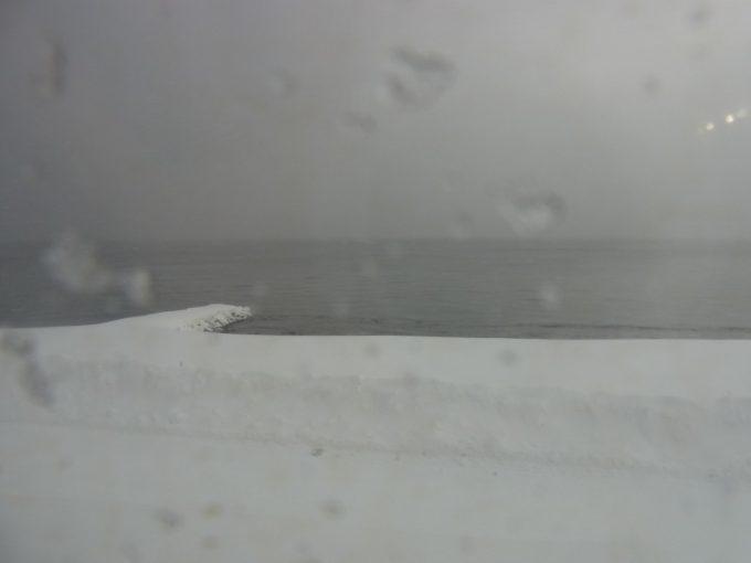 雪原と鉛色の津軽海峡