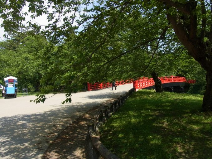 初夏の弘前城赤い橋と弘前アイス組合の屋台