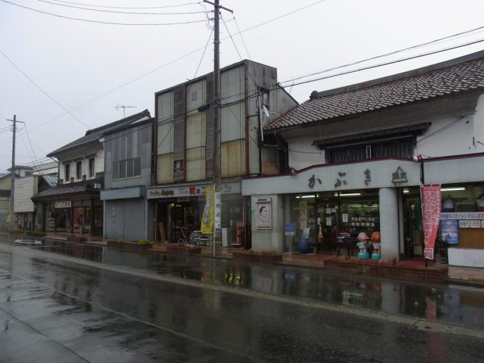 雨の喜多方店舗蔵