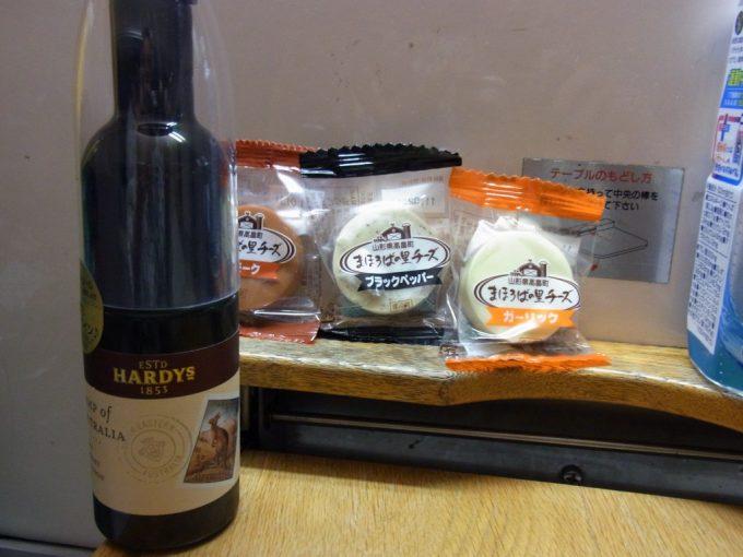 寝台特急あけぼの号B寝台ソロでワインとチーズを