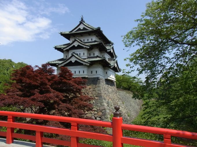初夏の弘前城赤い欄干の下乗橋と天守