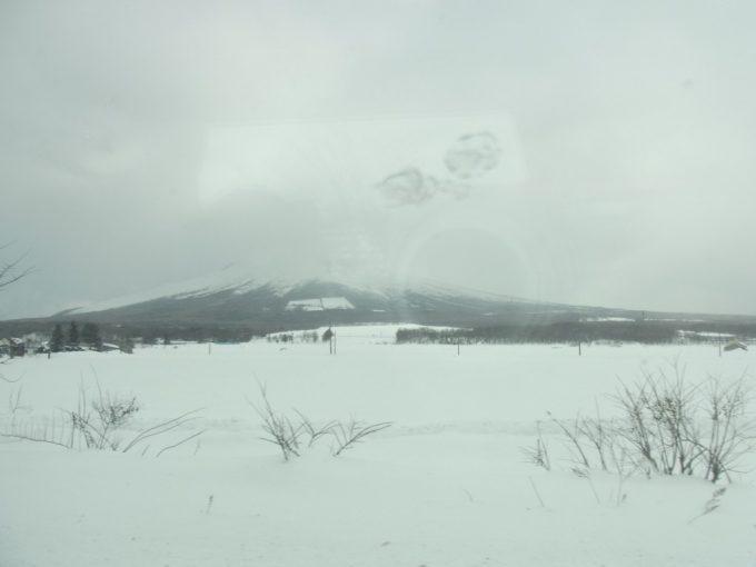 冬空と雪原駒ヶ岳