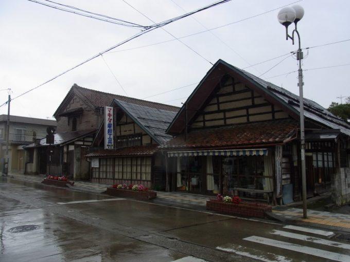 雨の喜多方大屋根の土壁と土蔵