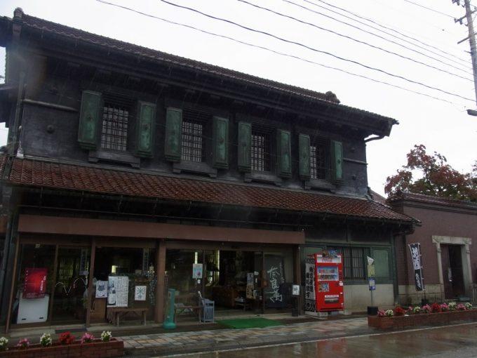 雨の喜多方黒漆喰土蔵の酒屋