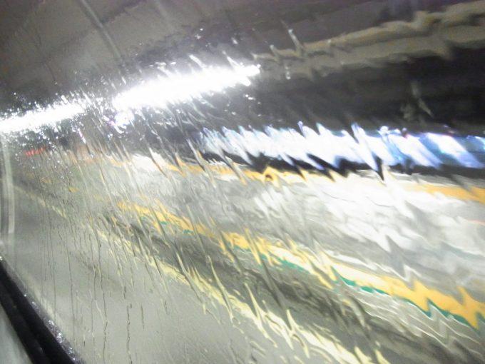寝台車天窓をつたう雨