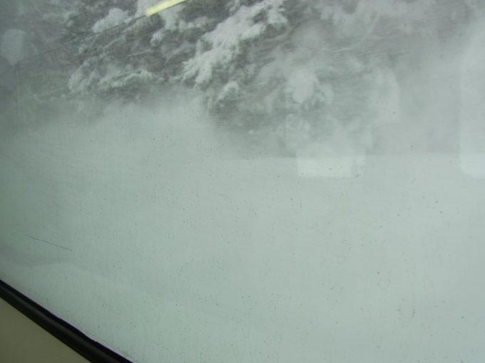 雪けむりを上げて走る函館本線ローカル線列車