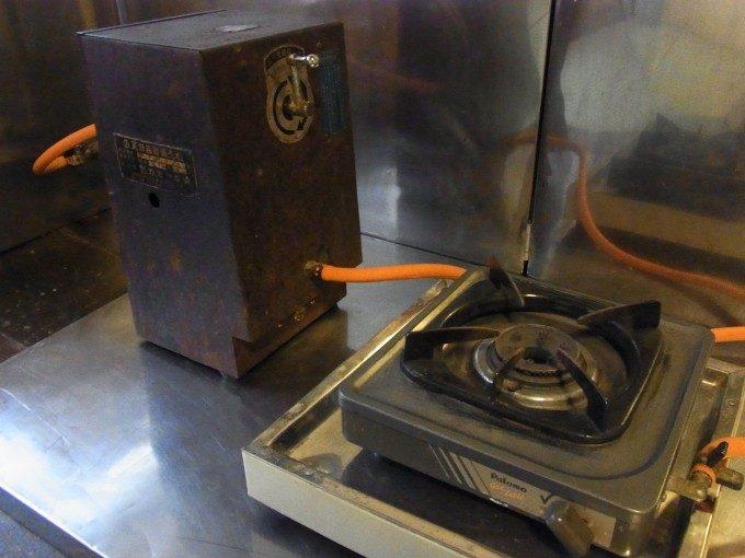 大沢温泉自炊部客室に備え付けられたコンロと瓦斯自販機