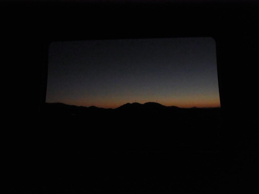 サンライズ出雲車窓を彩る夜明けのグラデーション