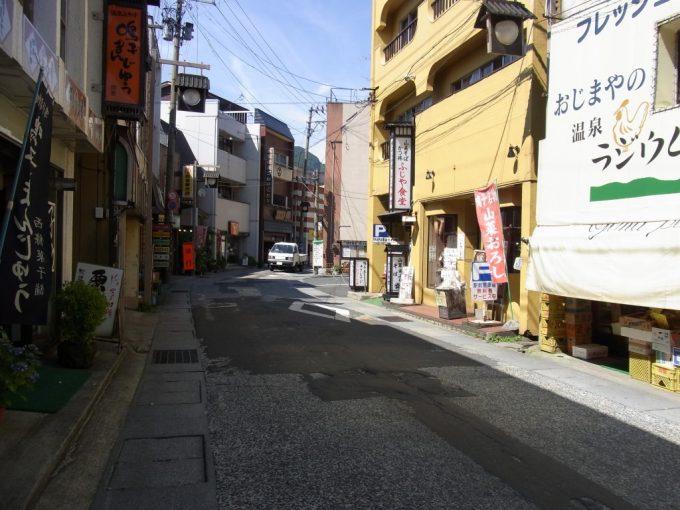 夏の鳴子温泉街