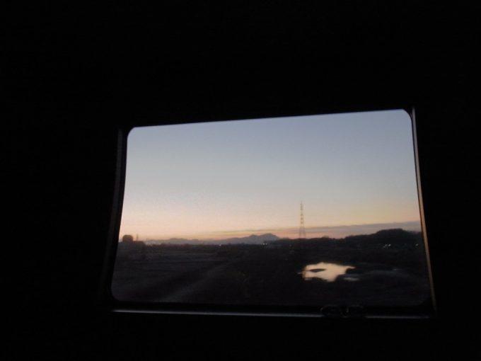 サンライズ出雲車窓に広がる朝焼け