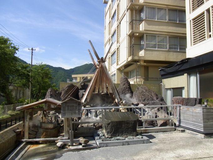 鳴子ホテル玄関前に湧く温泉