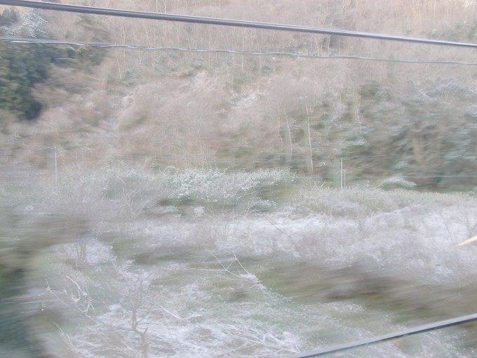 サンライズ出雲車窓を彩る白い雪