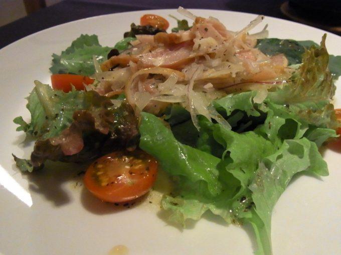 ジェイファーストニセコスモークチキンのサラダ