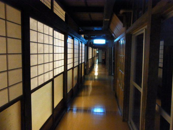 大沢温泉自炊部部屋から灯りがもれる風情ある夜の廊下