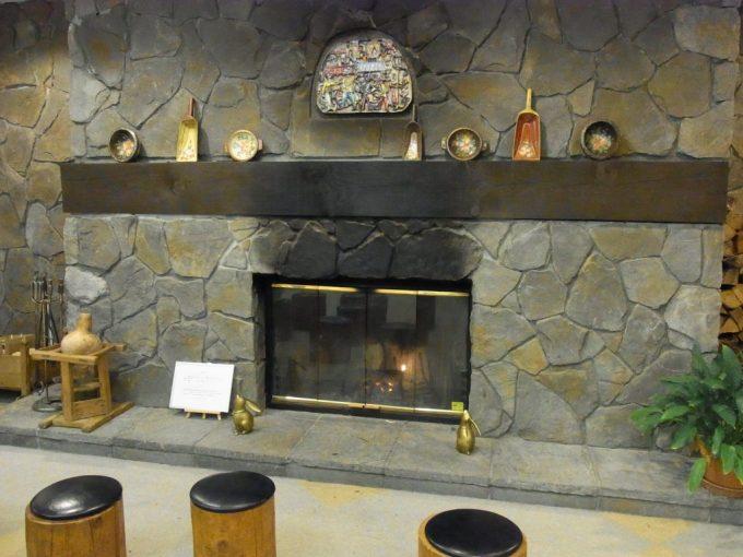 ジェイファーストニセコロビーの暖炉
