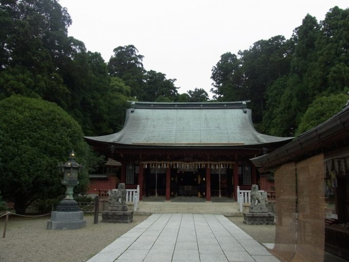 志波彦神社黒と朱の社殿