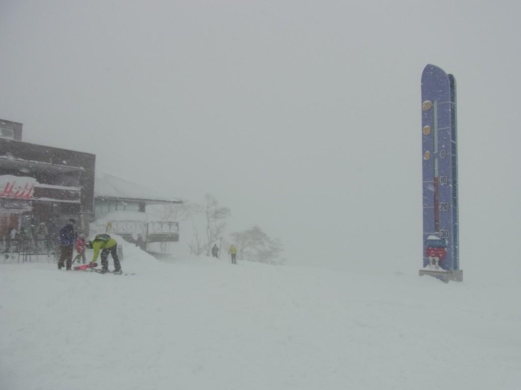 雪にけむるニセコグランヒラフゲレンデ白い恋人温度計