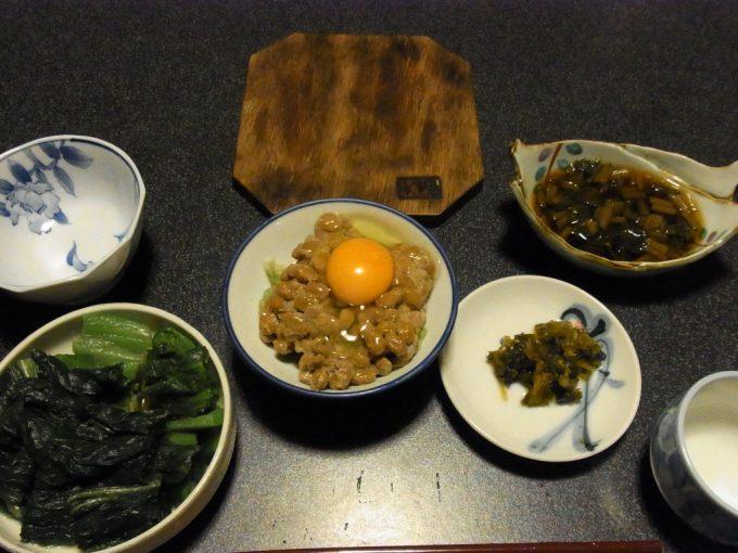 大沢温泉自炊湯治メニュー刻み芭蕉菜漬けと花巻納豆・湯豆腐のたっそべ漬け載せ