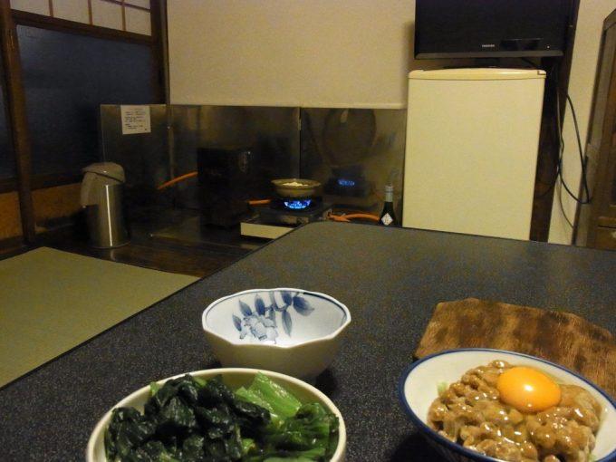 大沢温泉自炊湯治漬物と酒を愉しみながら湯豆腐を待つ