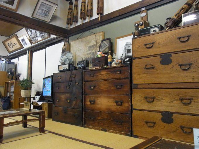 大沢温泉自炊部古家具と写真のある待合室